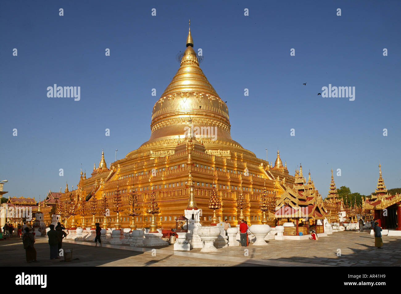 Golden Shwezigon Pagoda in Bagan finished in 1090, contains relics of Buddha, Myanmar - Stock Image