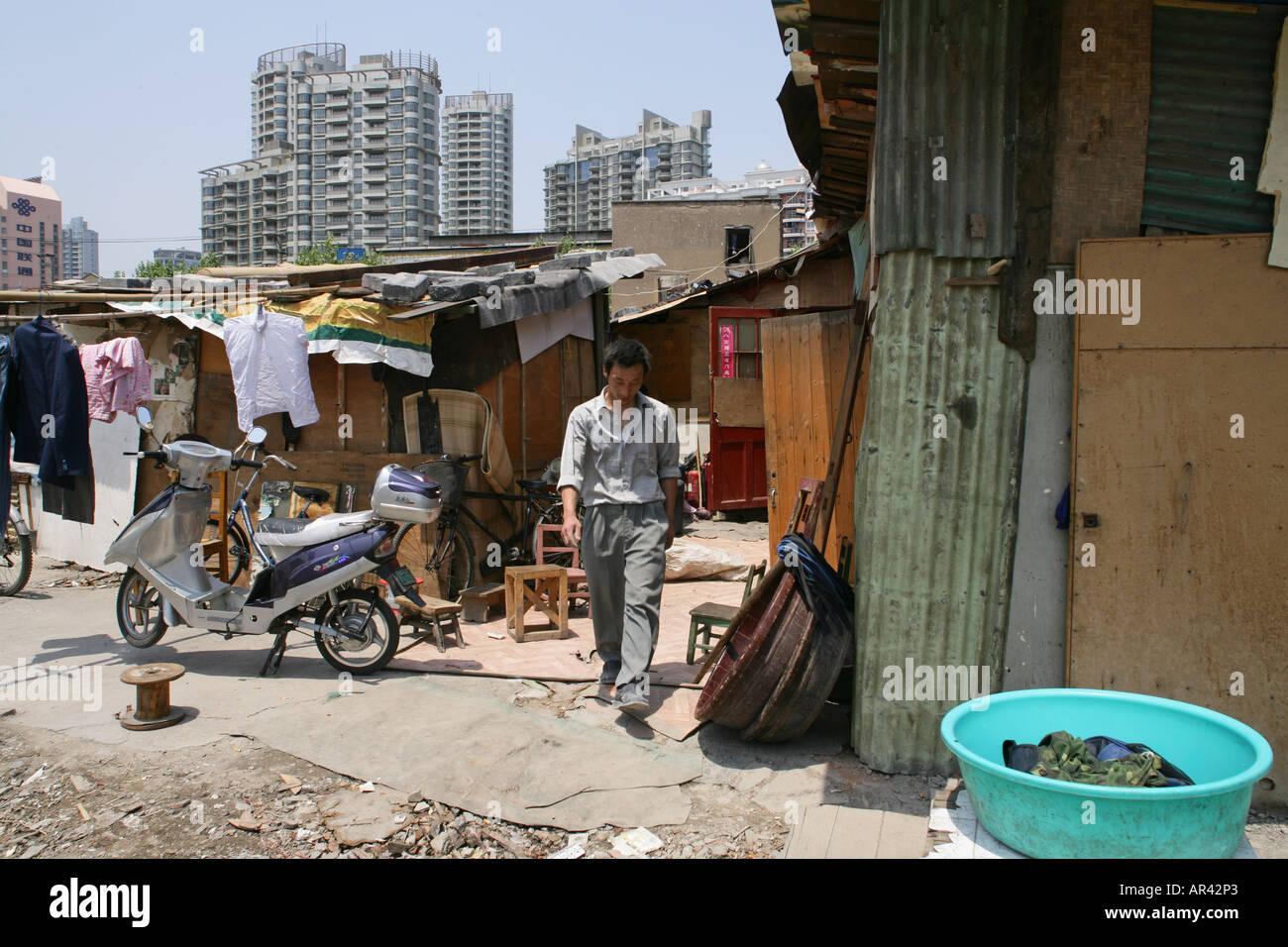 Abriss, demolitian Hongkou, Redevelopment area, Abrissgebiet, living amongst demolished  houses, Wanderarbeiter Stock Photo