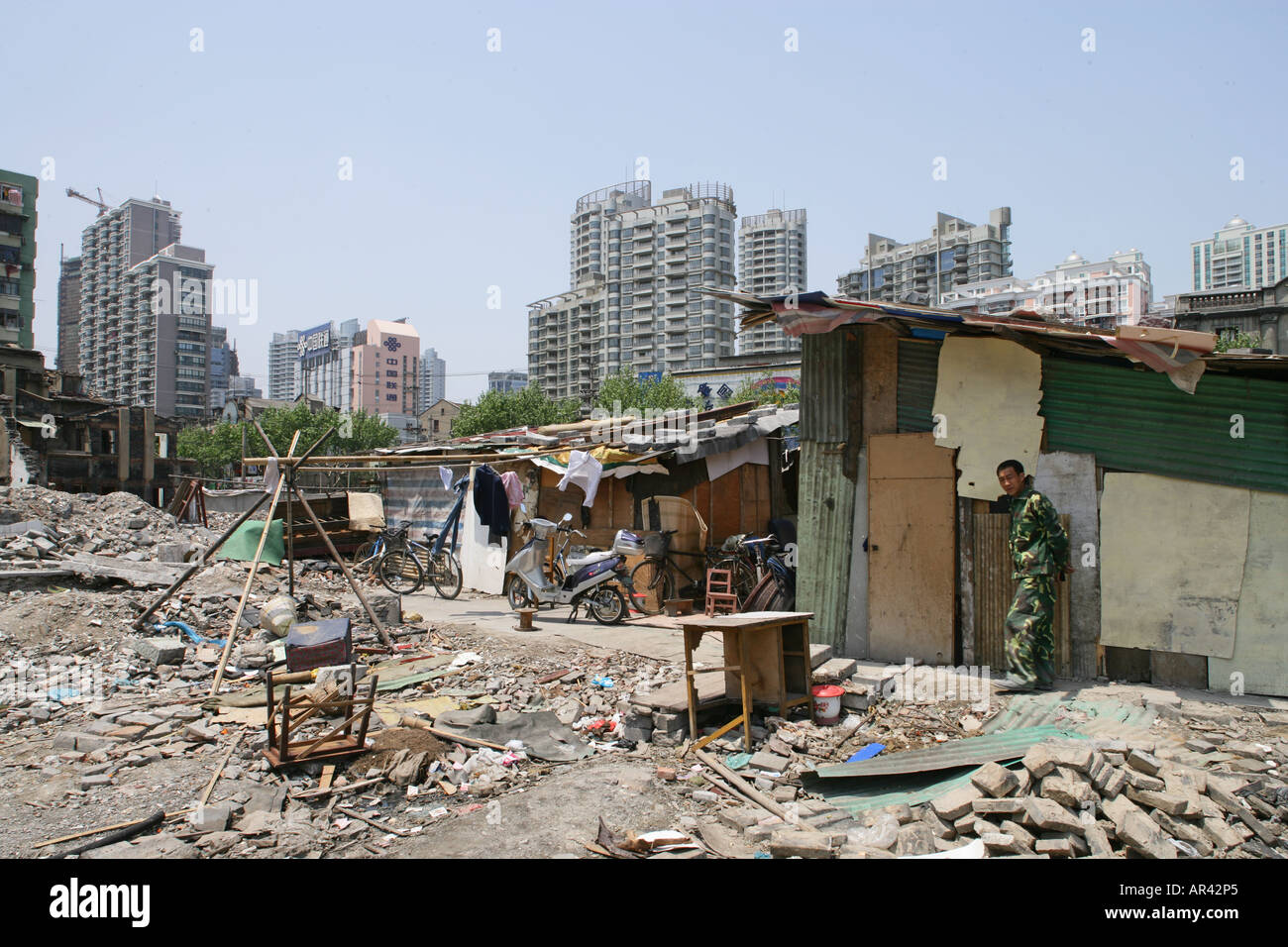 migrant workers living in demolition quarter, Hongkou, Shanghai - Stock Image