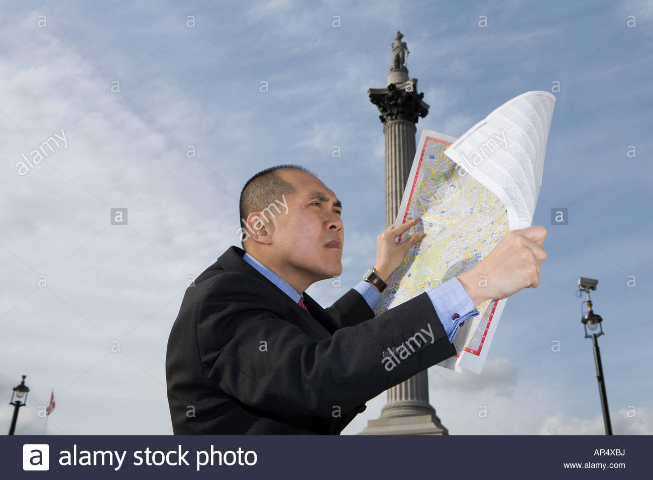 Man looking at map - Stock Image