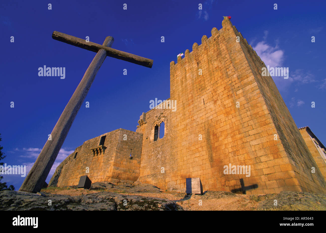 Portugal, Belmonte: Cross and castle in the native village of Pedro Alvares Cabral, discoverer of Brazil - Stock Image