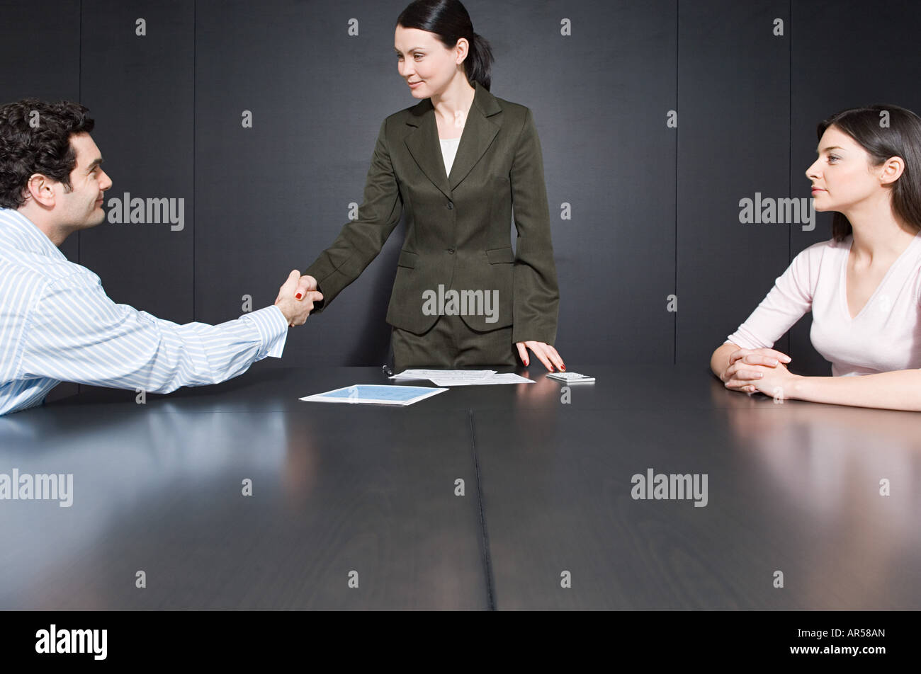 Man shaking hands with divorce lawyer - Stock Image