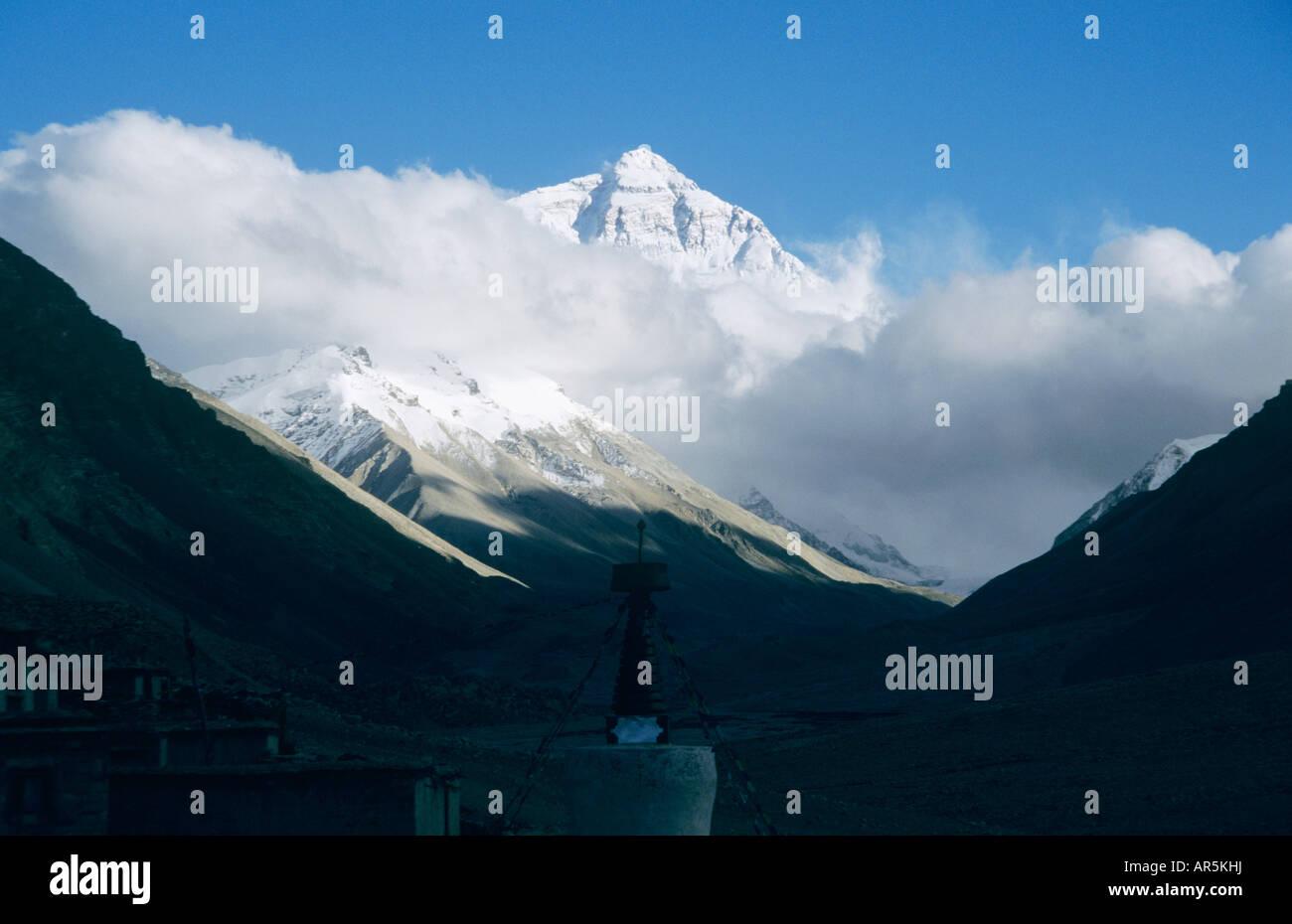 Mount everest and rongbuk monastery - Stock Image