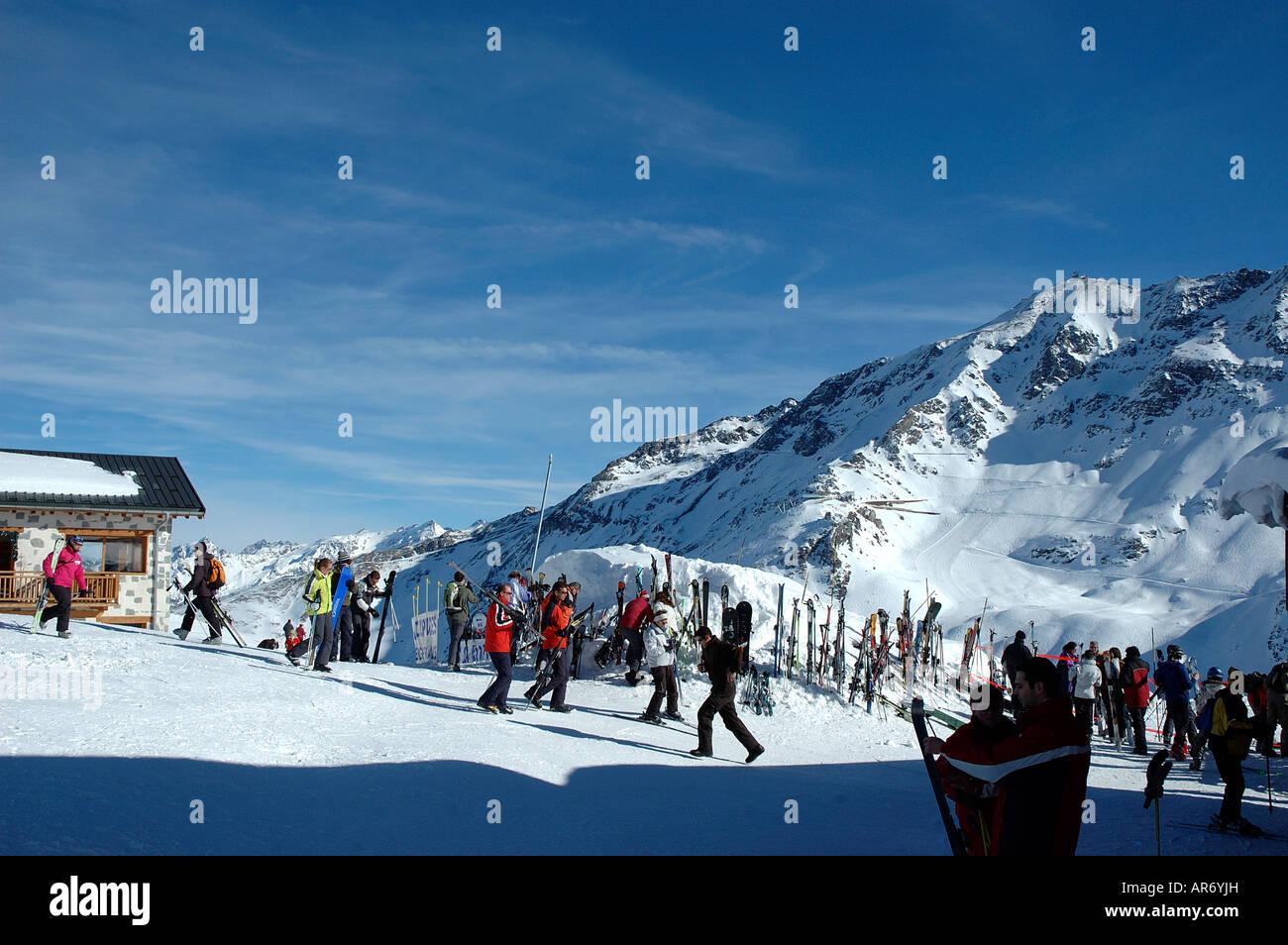 Transarc Lift top; Col de la Chal ; Les Arcs; Peisey Vallandry ;Savoie ;73 France; skiers; snowboarders; parked - Stock Image