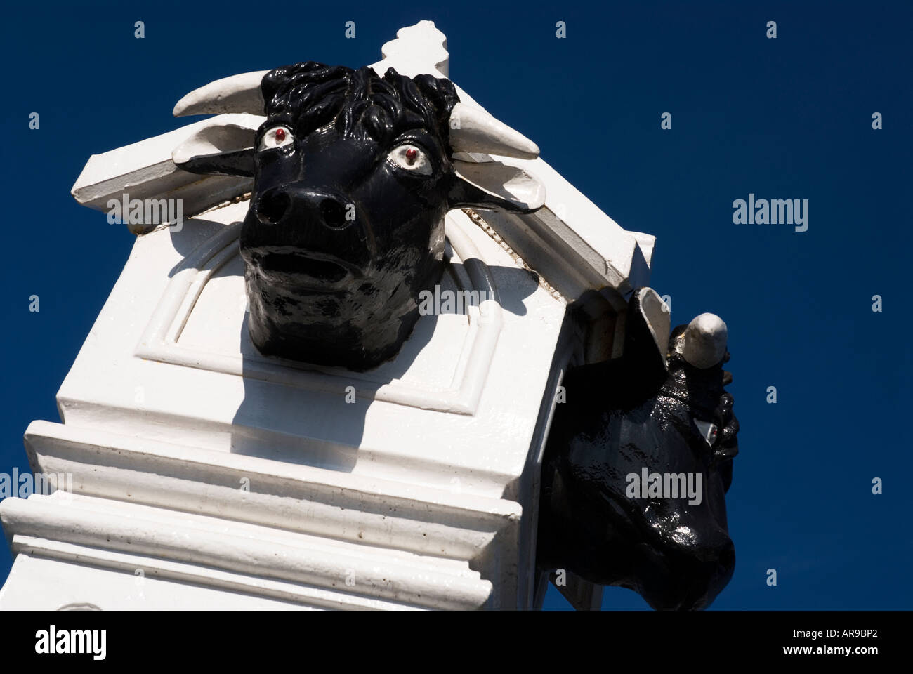 Image of two bulls heads mounted on top of the entrance posts to Nottinghams old Cattle Market - Stock Image
