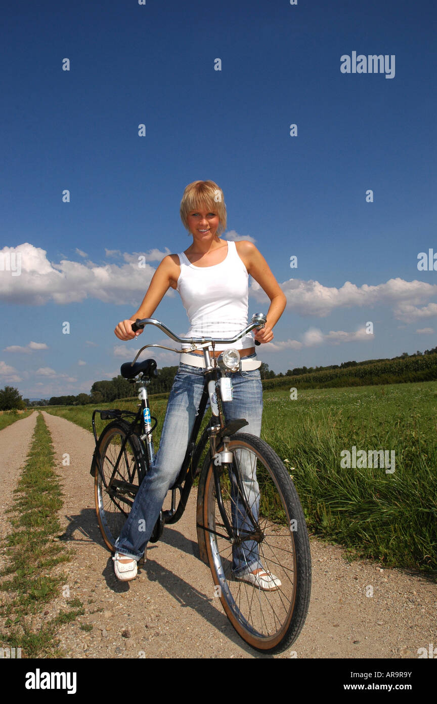 Junge Blonde Frau Mit Fahrrad Young Blonde Woman With