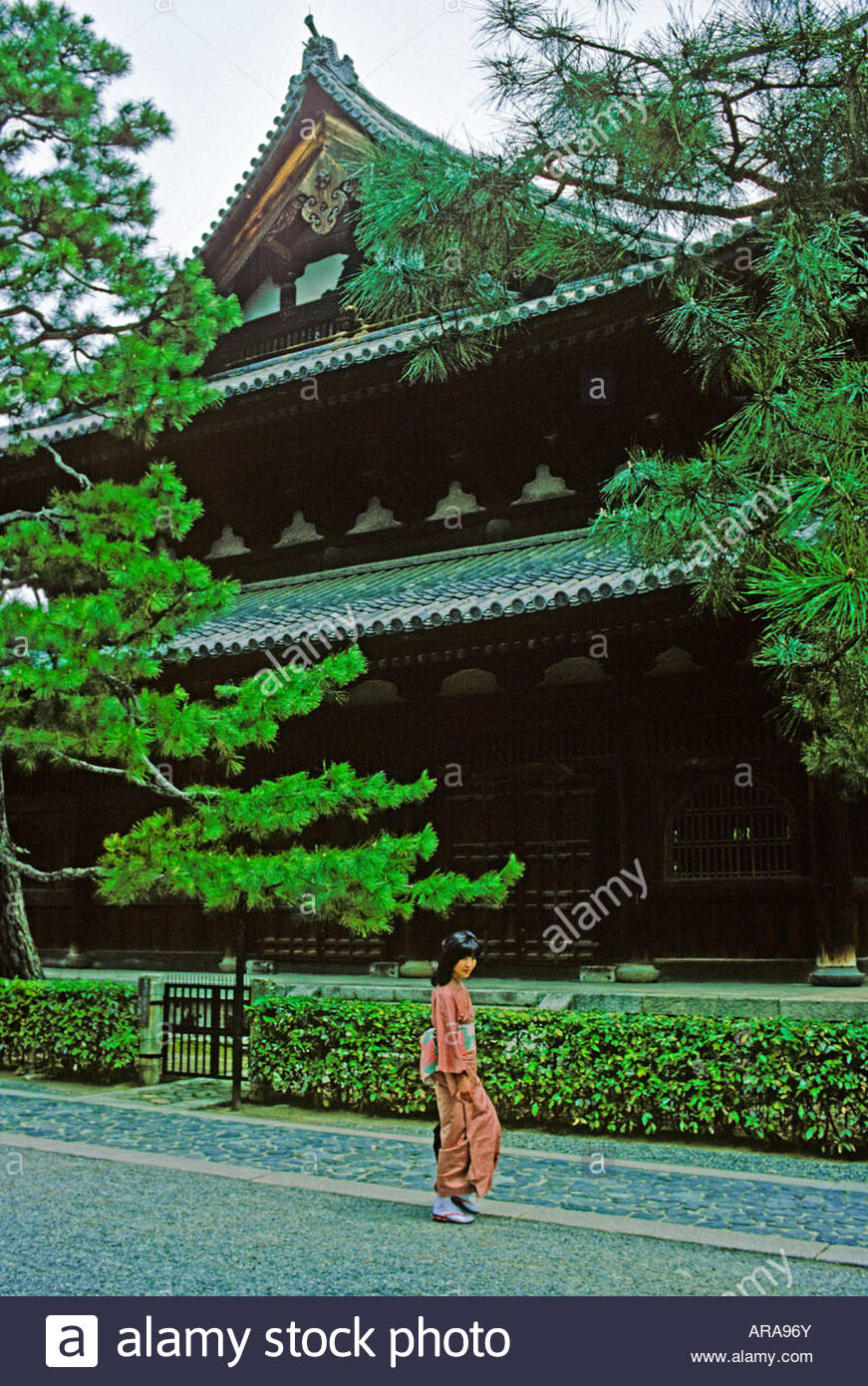 A young woman in kimono walks by Daitokuji temple, Kyoto Japan - Stock Image
