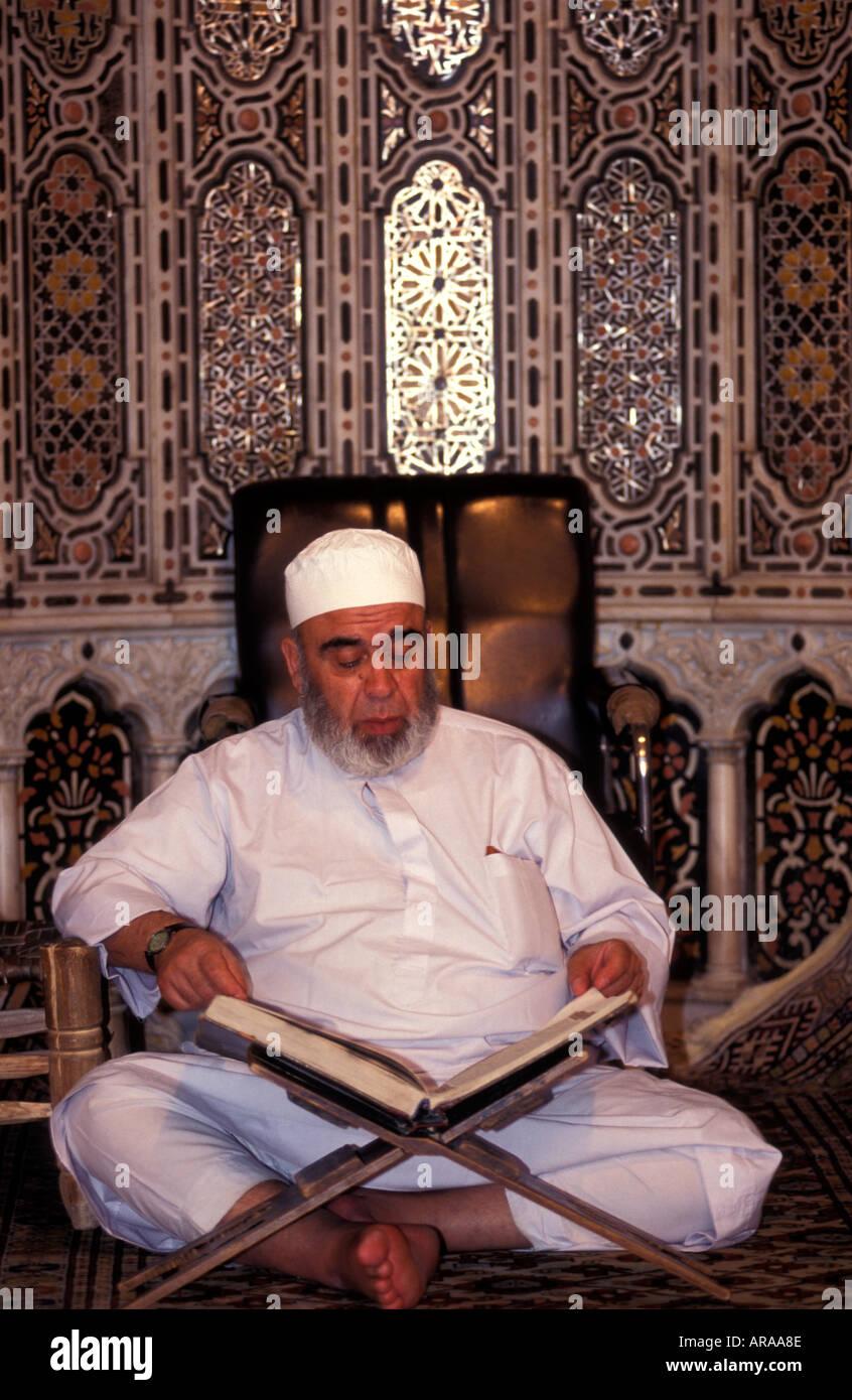Syrian Arab reading the Koran, Omayyad/Umayyad Mosque, Damascus, Syria. - Stock Image