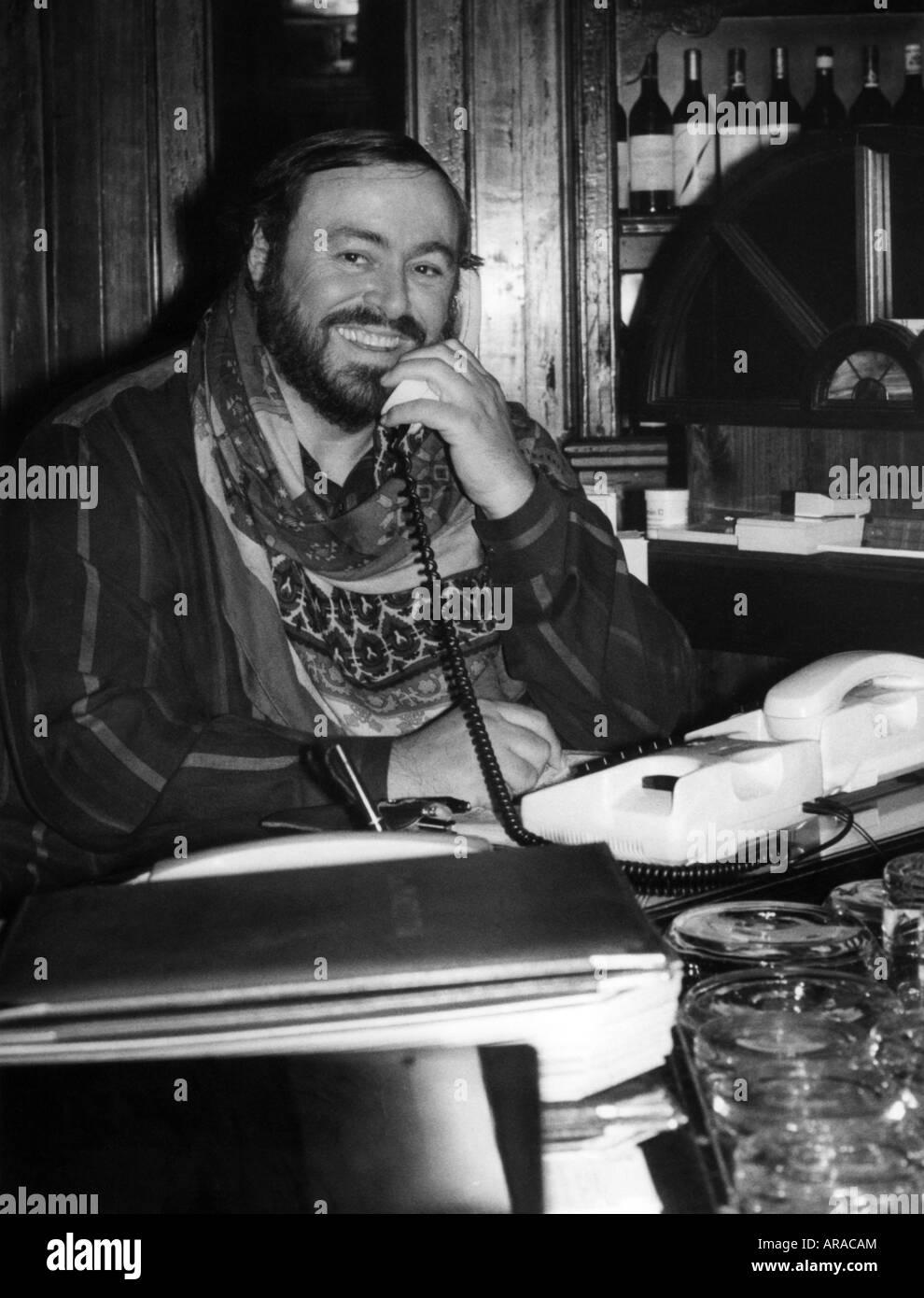 Pavarotti, Luciano, 12.10.1935 - 6.9.2007, Italian singer (tenor), half length, at La Piazzetta Ristorante, Munich, - Stock Image