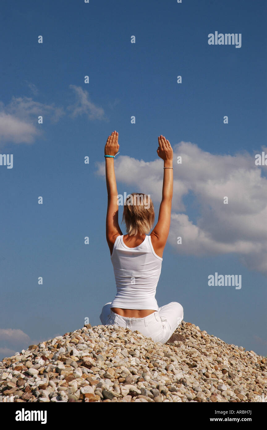jung Frau in weiß Yoga draußen - young woman in white yoga outdoor Stock Photo