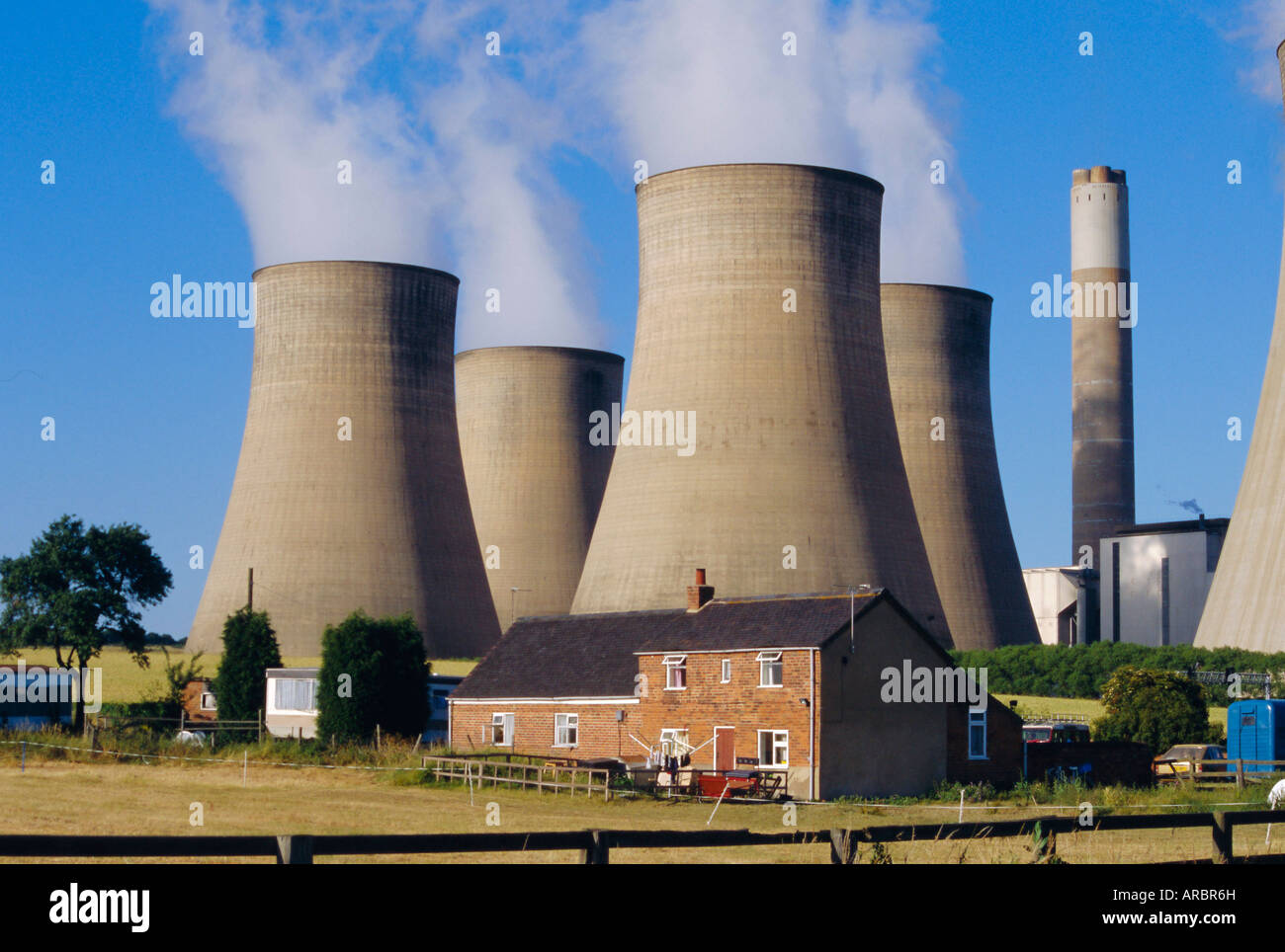 Cooling towers, Radcliffe on Soar Power Station, domestic housing in foreground, Trent Valley, Nottinghamshire, - Stock Image