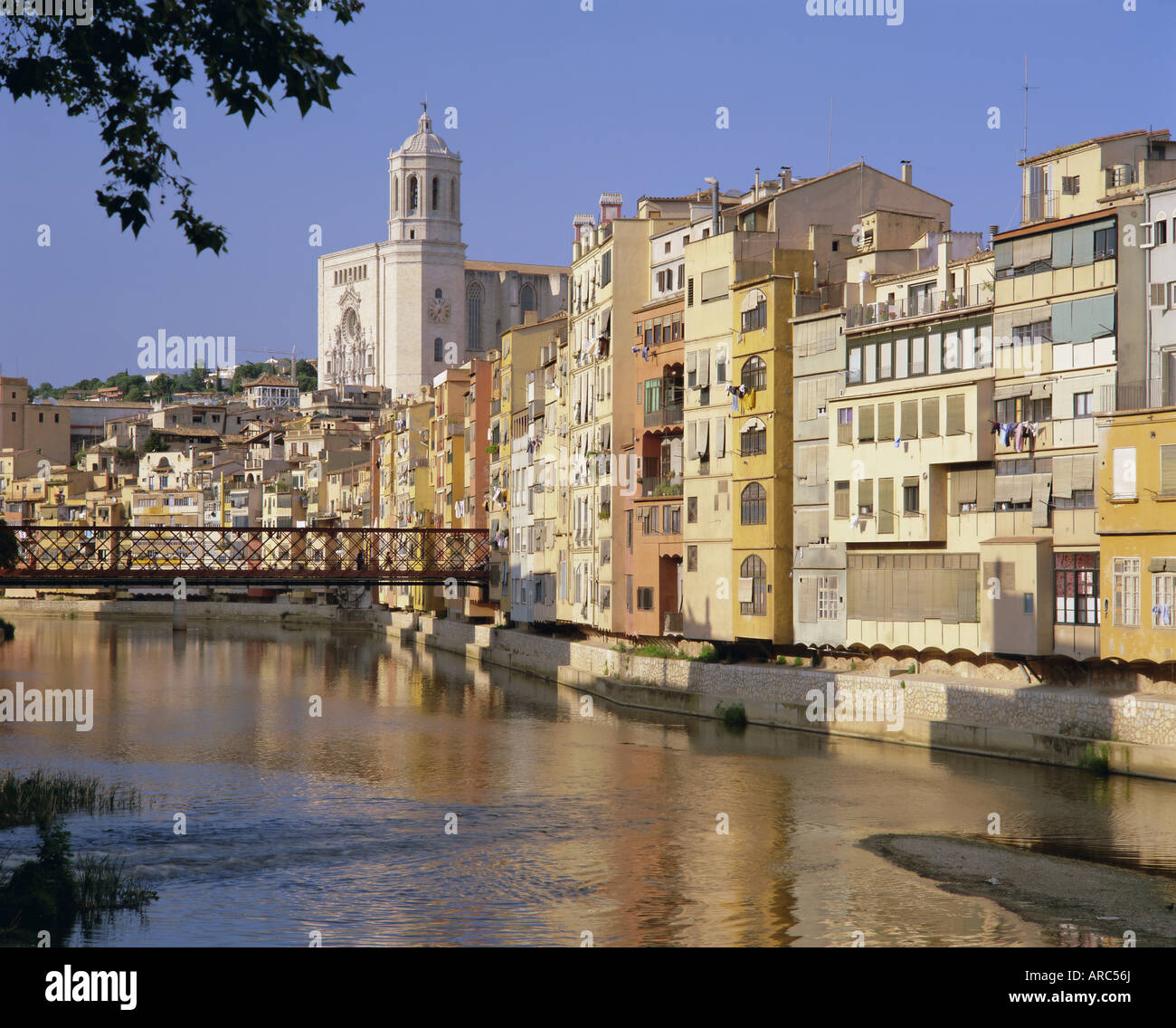 Medieval houses on the Onyar River, Girona, Catalunya (Catalonia) (Cataluna), Spain, Europe - Stock Image