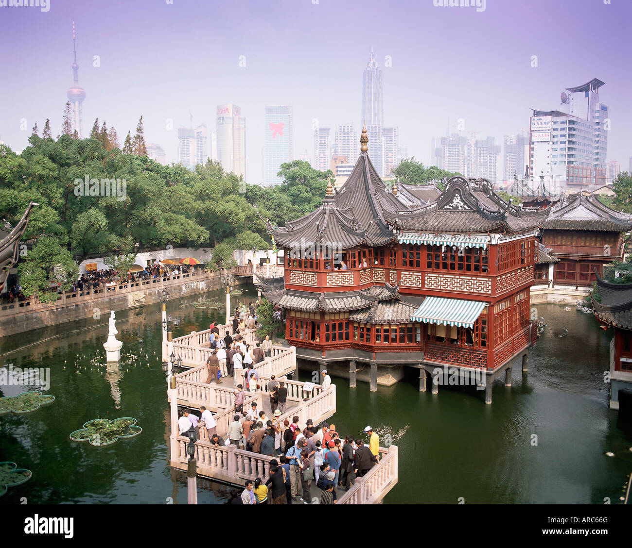 Yu Yuan Tea House And City Skyline, Yu Yuan Shangcheng, Yu Gardens Bazaar,  Shanghai, China, Asia
