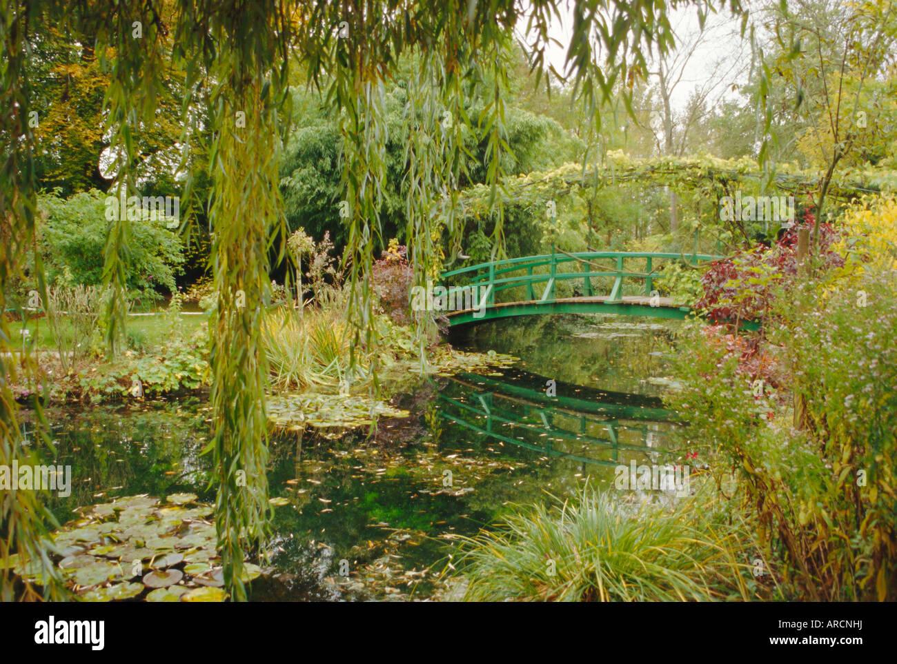 Water garden and bridge, Monet\'s garden, Giverny, Haute Normandie ...