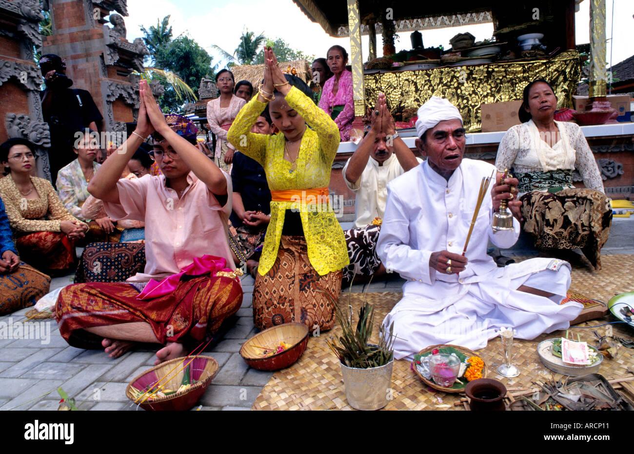 Bali Indonesia wedding marry marriage priestess - Stock Image