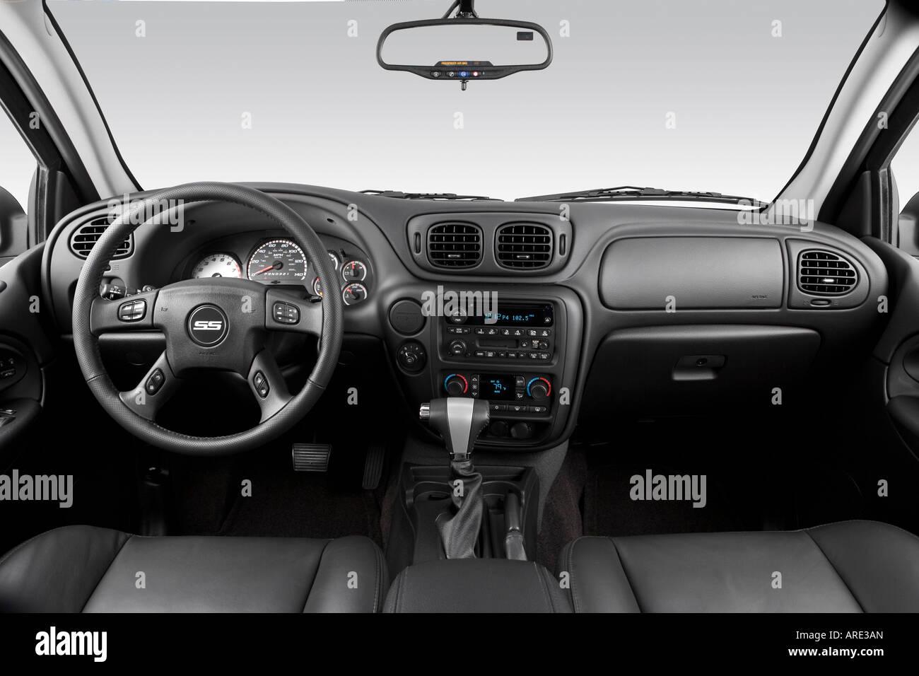 2006 Chevrolet Trailblazer SS in Black - Dashboard, center console ...