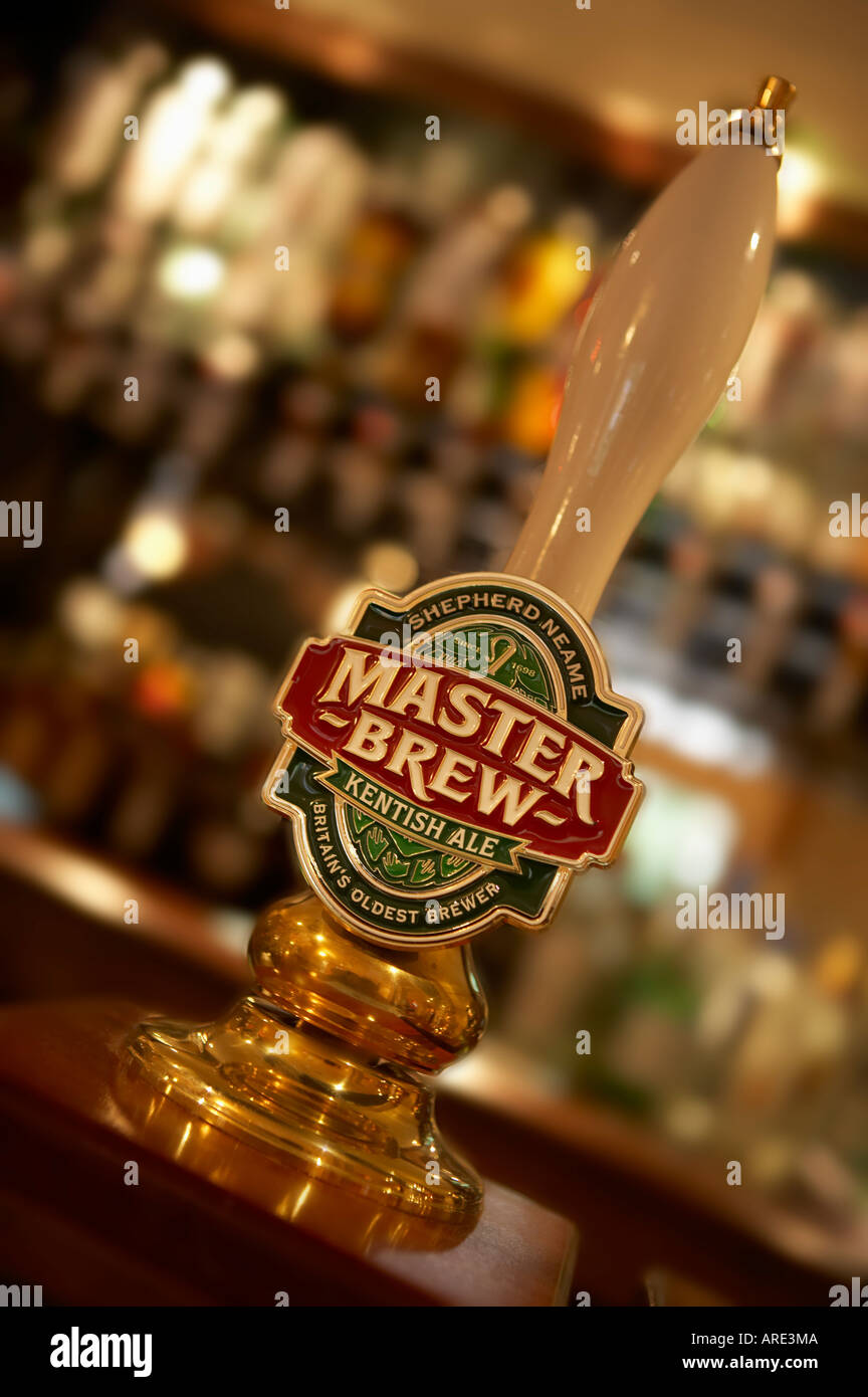 SHEPHERD NEAME MASTER BREW TRADITIONAL HAND BEER PUMP IN ENGLISH PUBLIC HOUSE - Stock Image