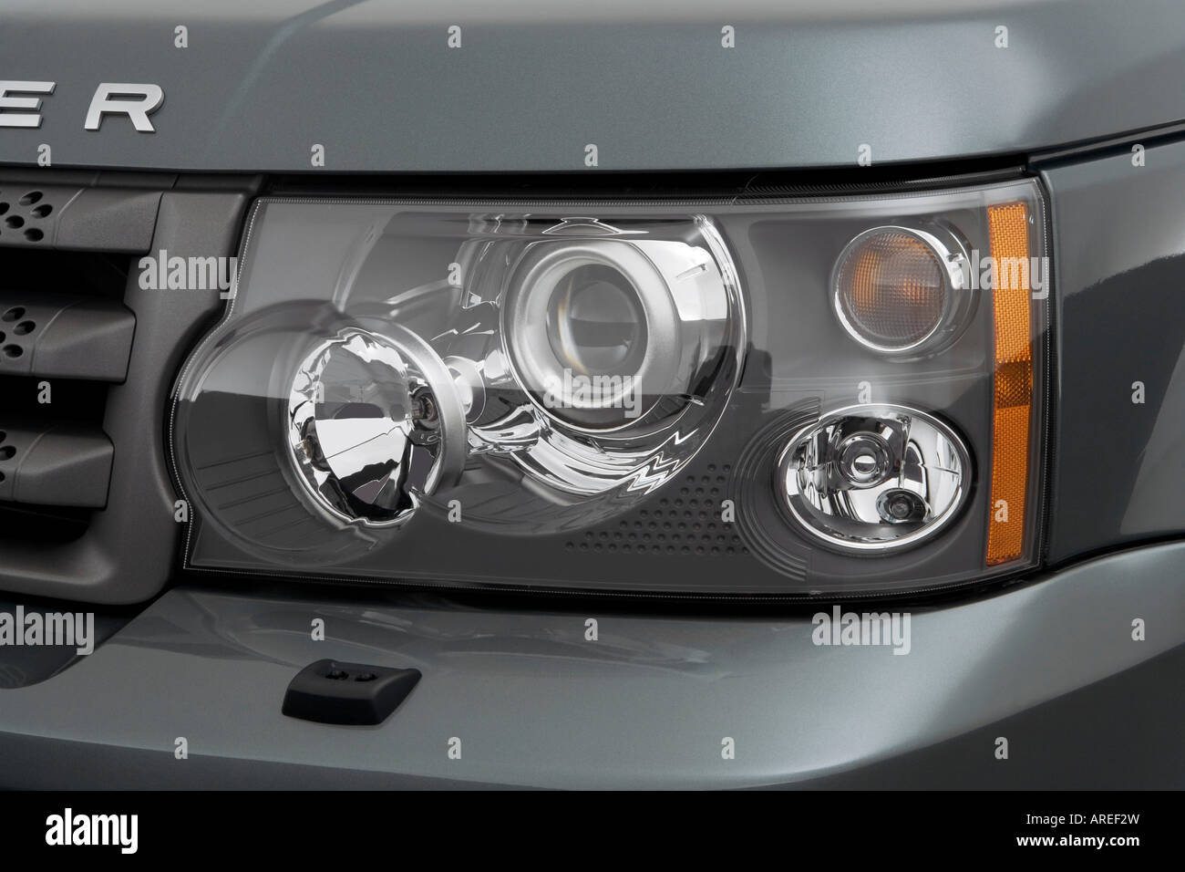 https://c8.alamy.com/comp/AREF2W/2006-land-rover-range-rover-sport-hse-in-green-headlight-AREF2W.jpg