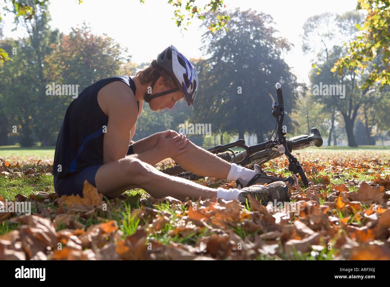 Cyclists looking at injury - Stock Image