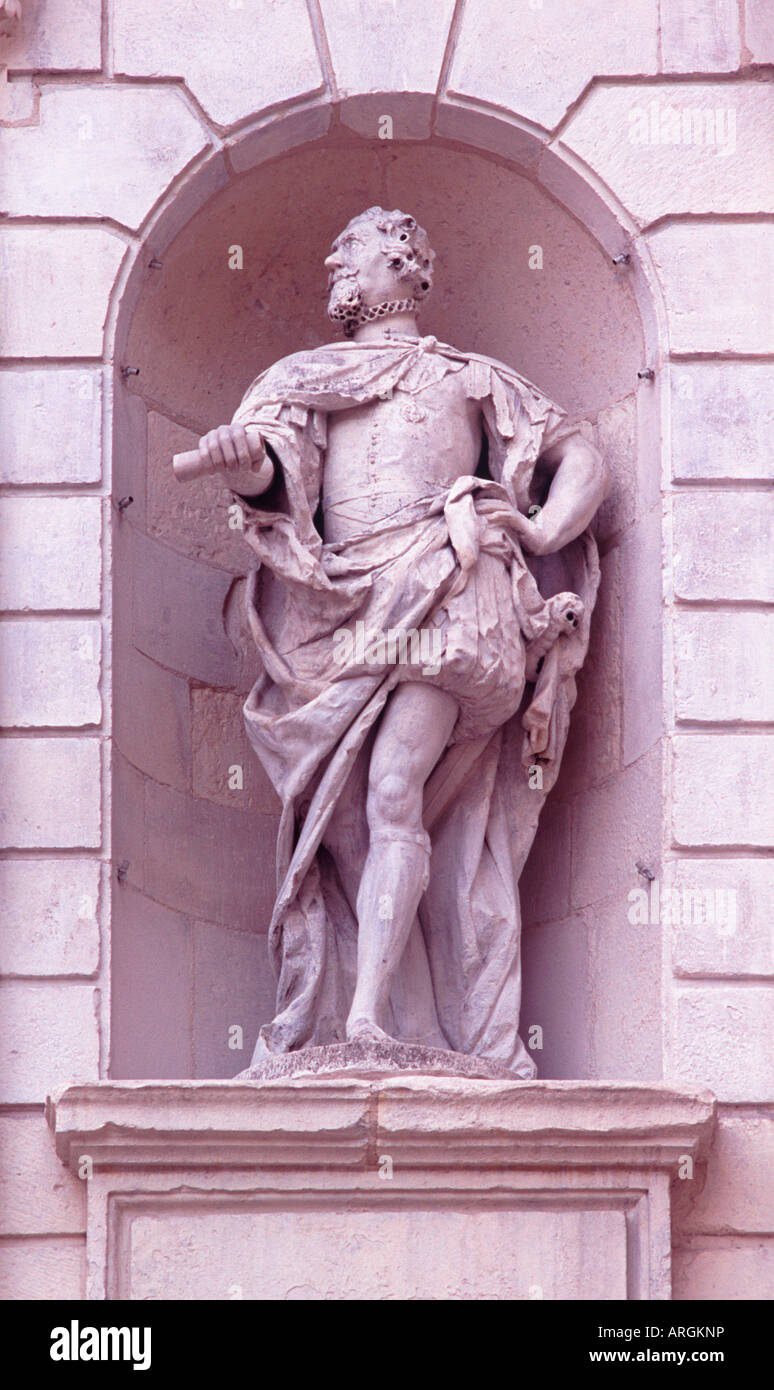 Statue of King James I, carved by John Bushnell, in niche on Temple Bar (Christopher Wren), Paternoster Square, Stock Photo