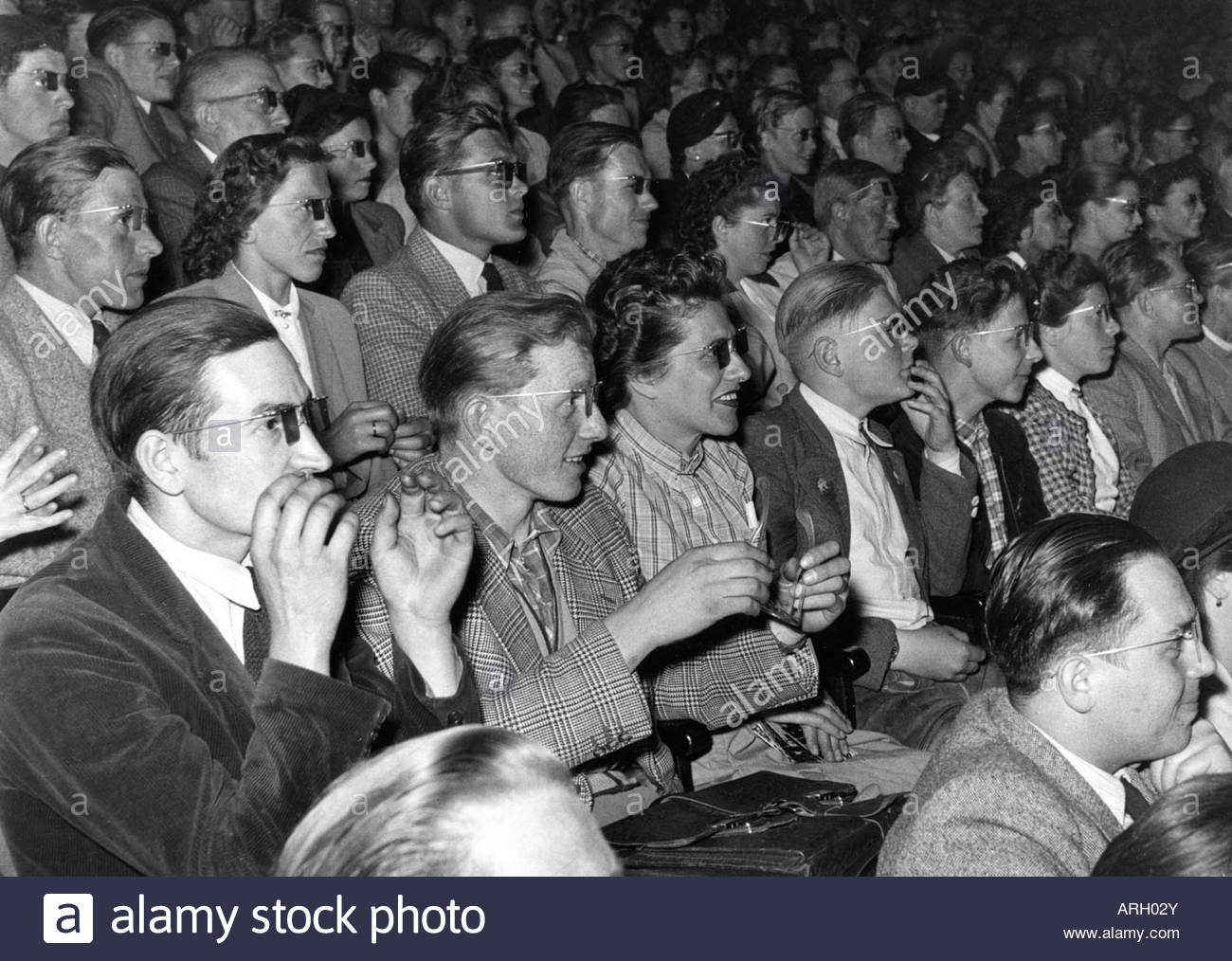 cinema, first performance of 3-D movie, onlookers with 3-D spectacles, 1950s, Additional-Rights-Clearances-NA - Stock Image