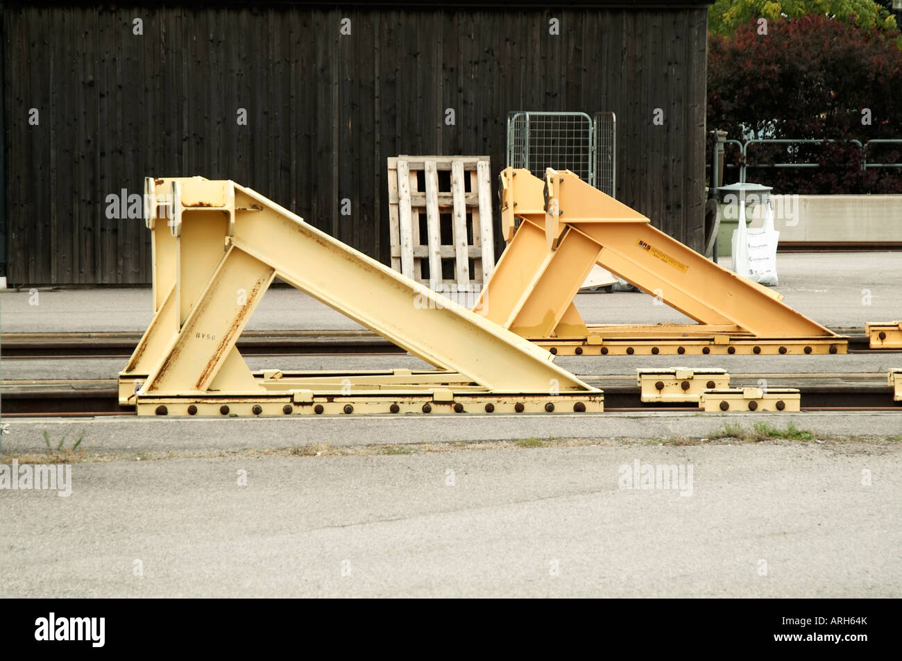 buffer buffers train tracks end of the line halt Stock Photo