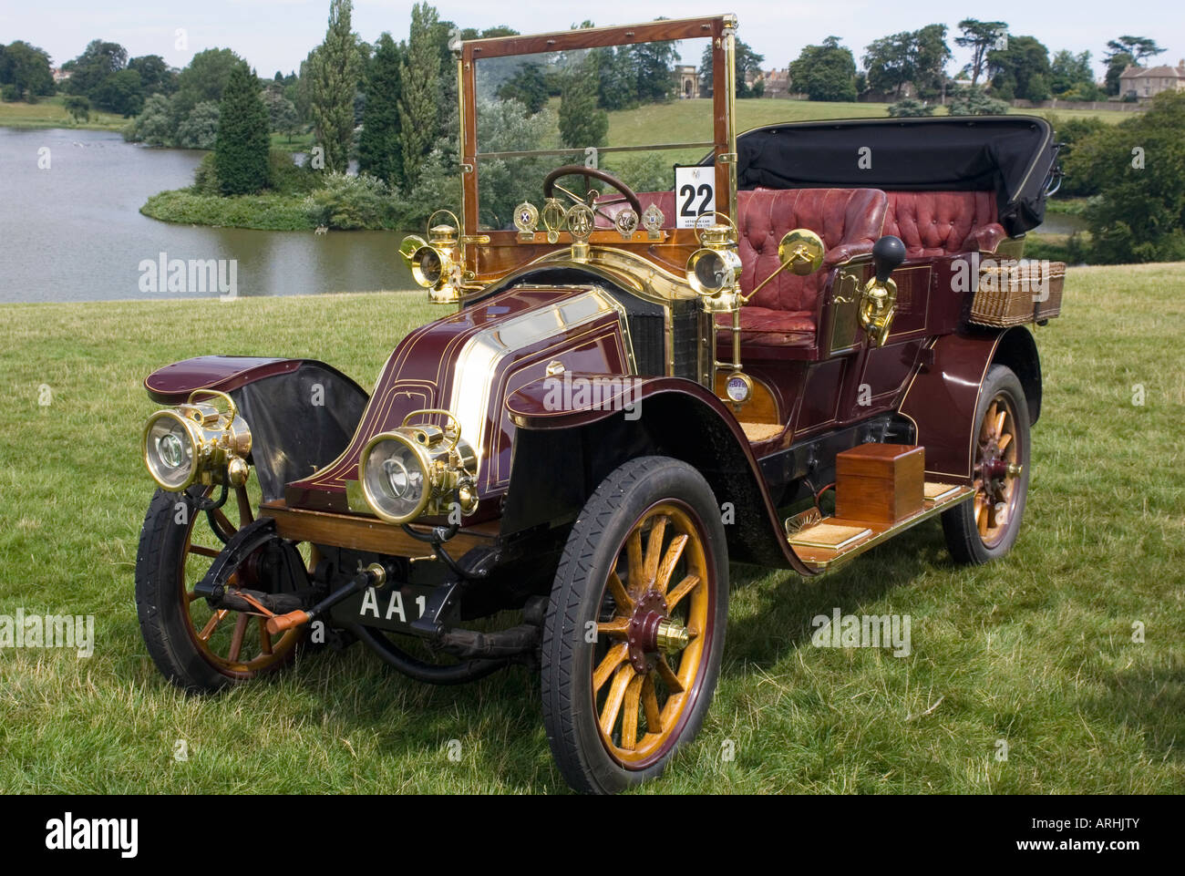 A veteran burgundy1905 Renault 20 30hp Made in Billancourt Paris, parked on grass with a lake in the background - Stock Image