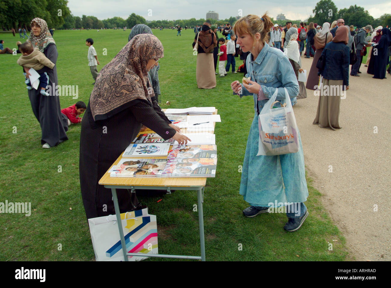 MUSLIM WOMAN INFORMING THE PUBLIC ABOUT ISLAM SEPTEMBER 2005 - Stock Image