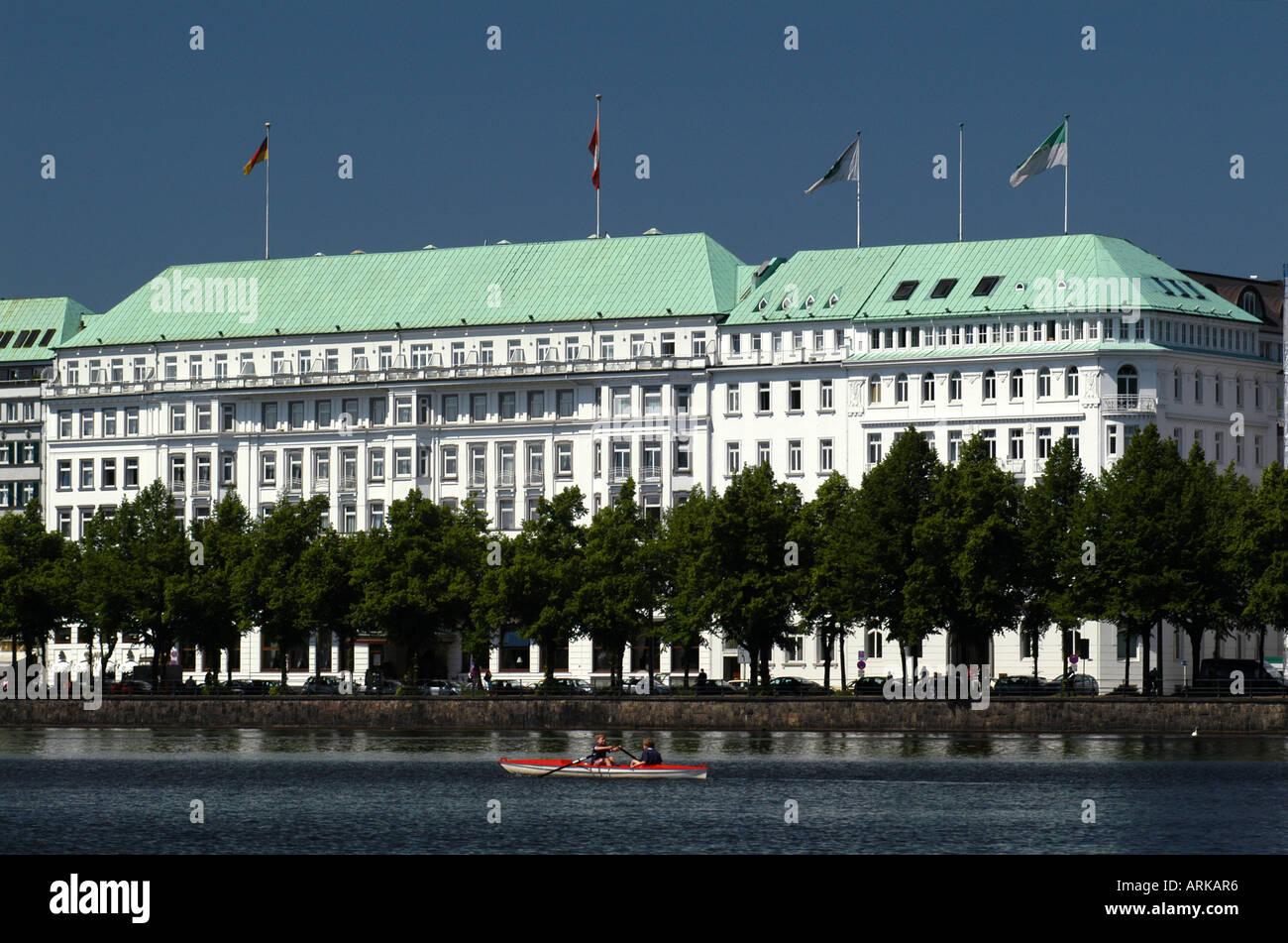 The Luxury Hotel Raffles Vier Jahreszeiten Four Seasons In The City Stock Photo Alamy