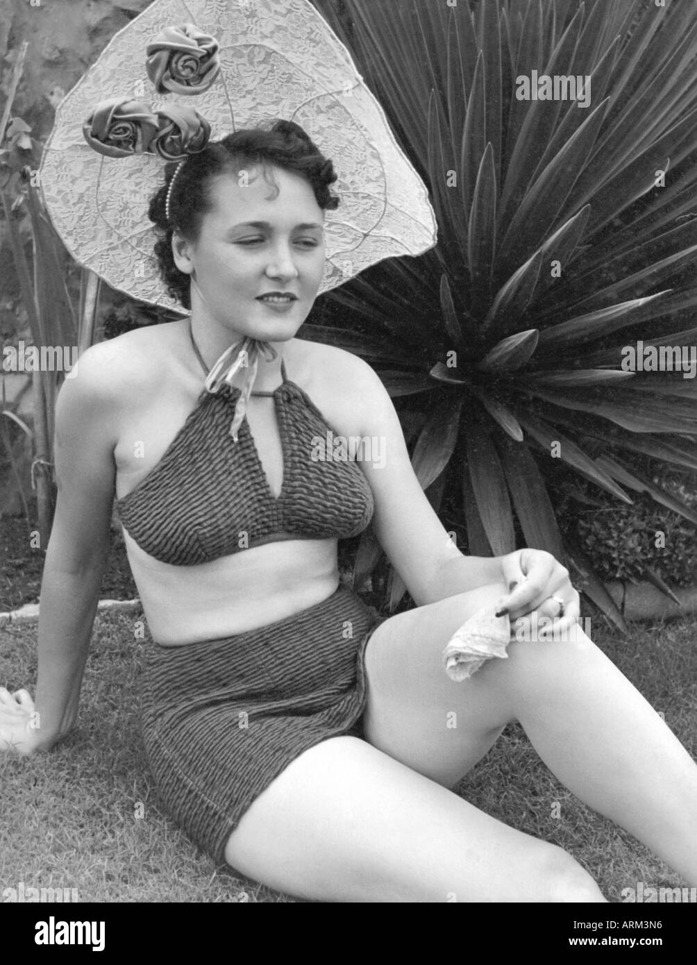 VRB101289 British woman in bikini sitting on the ground portrait in studio Kulri Mussorie Uttar Pradesh India 1940 s - Stock Image