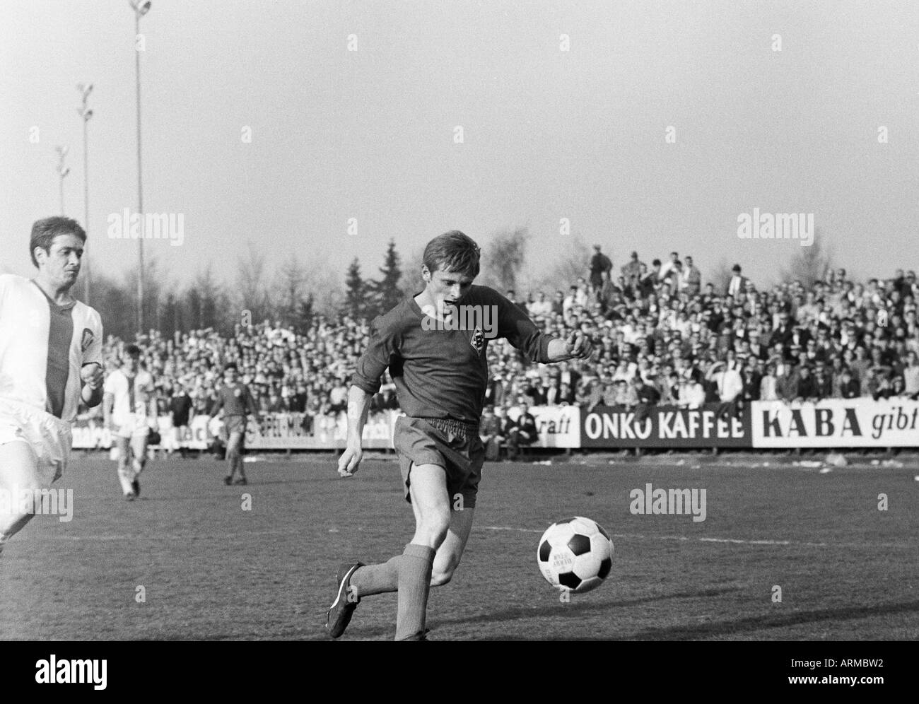 football, Bundesliga, 1967/1968, Borussia Moenchengladbach versus Karlsruher SC 0:0, Boekelberg Stadium, scene of the match, Klaus Ackermann (Gladbach) in ball possession, left Willi Duerrschnabel (Karlsruhe) - Stock Image