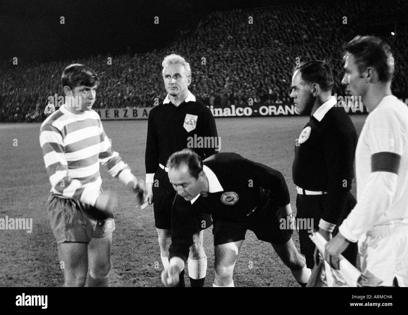 football, European Cup Winners Cup, first qualifying round, return leg, 1969/1970, FC Schalke 04 versus Shamrock Rovers 3:0, Glueckaufkampfbahn Stadium in Gelsenkirchen, welcome and toss-up, in the middle referee Kazakov (Soviet Union) and his assistants, - Stock Image