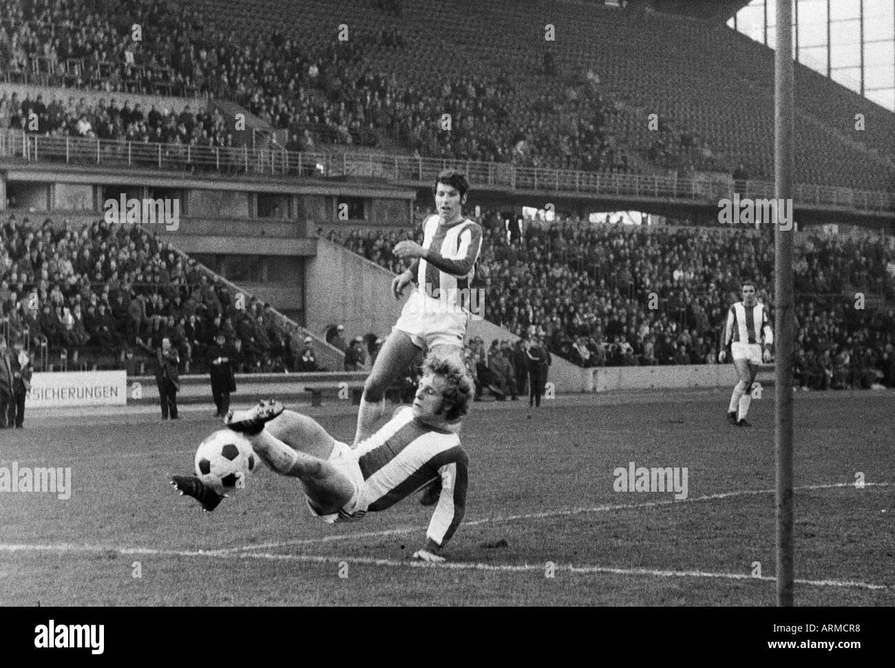 football, DFB Cup, eighth final, 1970/1971, Wedau Stadium in Duisburg, MSV Duisburg versus Tasmania 1900 Berlin 2:0, scene of the match, clearance by Franz Emans (Berlin) - Stock Image