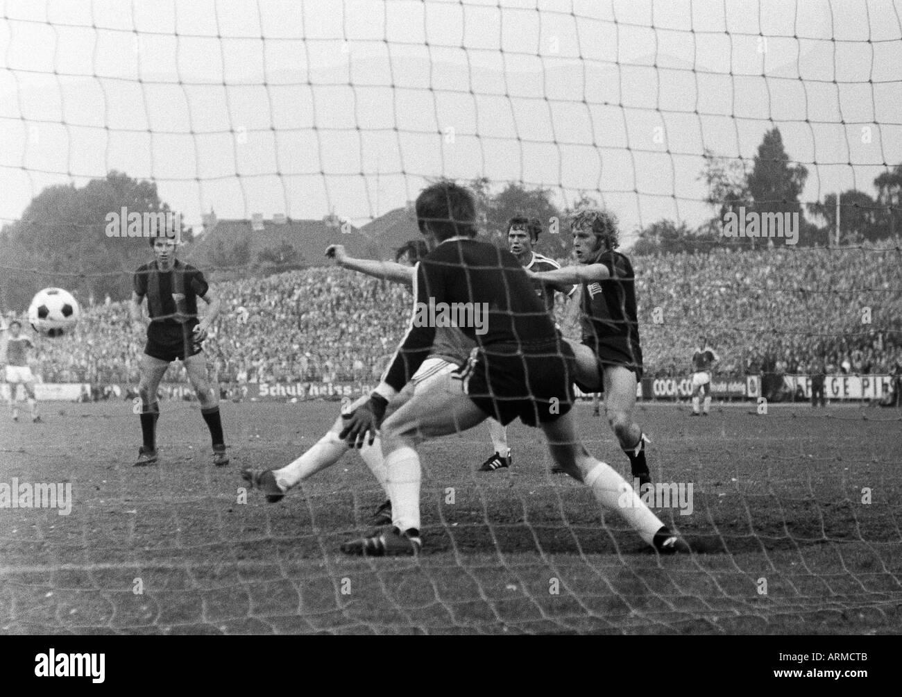 football, Regionalliga 1970/1971, promotion match to the Bundesliga 1971/1972, VfL Bochum versus Tasmania 1900 Berlin 4:2, Stadium an der Castroper Strasse in Bochum, scene of the match, f.l.t.r. Gerd Gretzler (Berlin), keeper Hans Juergen Bradler (Bochum - Stock Image