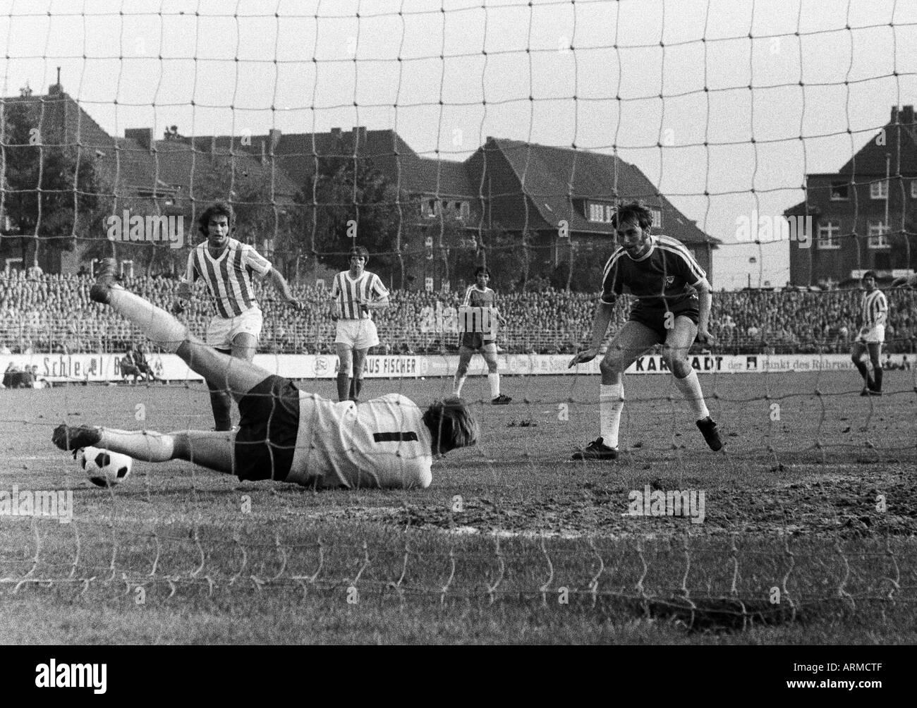 football, Regionalliga 1970/1971, promotion match to the Bundesliga 1971/1972, VfL Bochum versus VfL Osnabrueck 3:1, Stadium an der Castroper Strasse in Bochum, scene of the match, f.l.t.r. Erwin Braun (Osnabrueck), Klaus Baumanns (Osnabrueck), keeper And - Stock Image