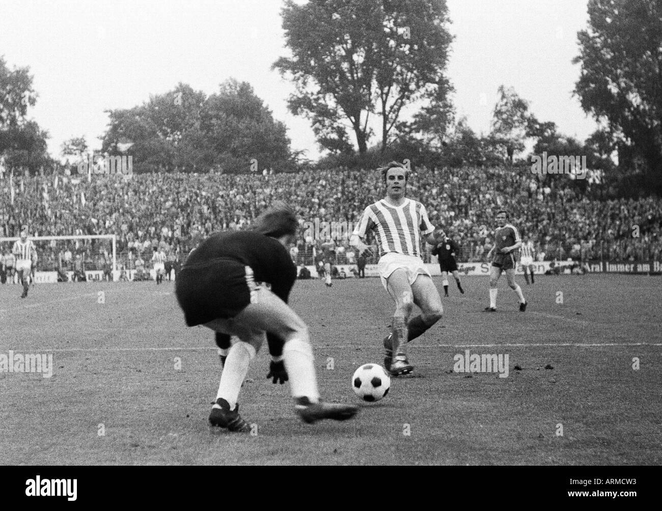 football, Regionalliga 1970/1971, promotion match to the Bundesliga 1971/1972, VfL Bochum versus VfL Osnabrueck 3:1, Stadium an der Castroper Strasse in Bochum, scene of the match, f.l.t.r. keeper Hans Juergen Bradler (Bochum), Carsten Baumann (Osnabrueck - Stock Image
