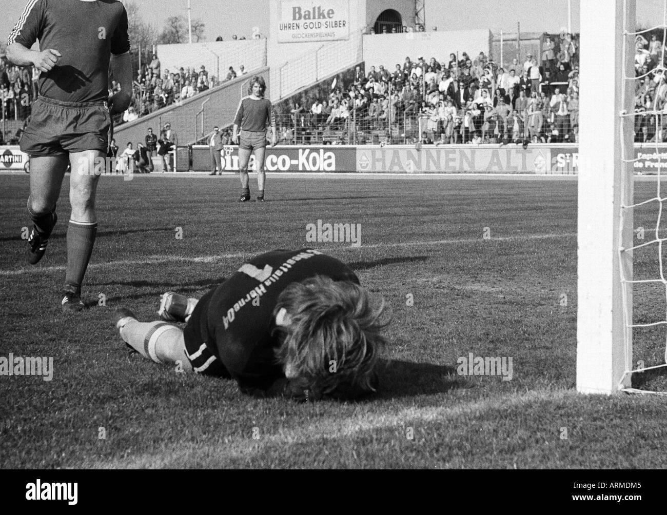 football, Regionalliga West, 1973/1974, Niederrhein Stadium in Oberhausen, Rot-Weiss Oberhausen versus Westfalia Herne 5:0, scene of the match, save by keeper Bernhard Hartmann (Herne), behind Werner Greth (RWO) - Stock Image