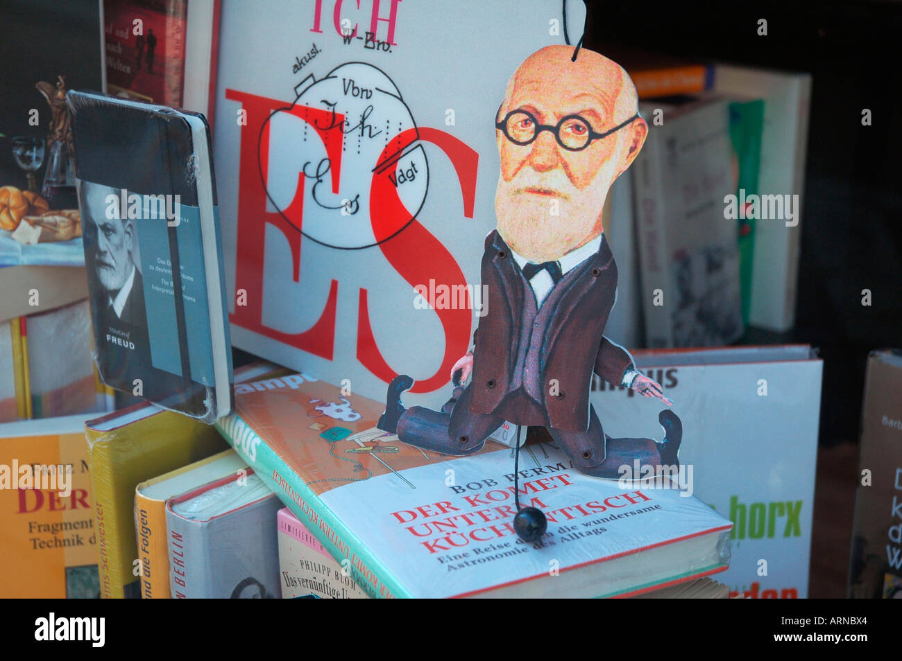 Jumping Jack Sigmund Freud in a shopwindow of a viennese bookshop, Vienna, Austria, Europe - Stock Image