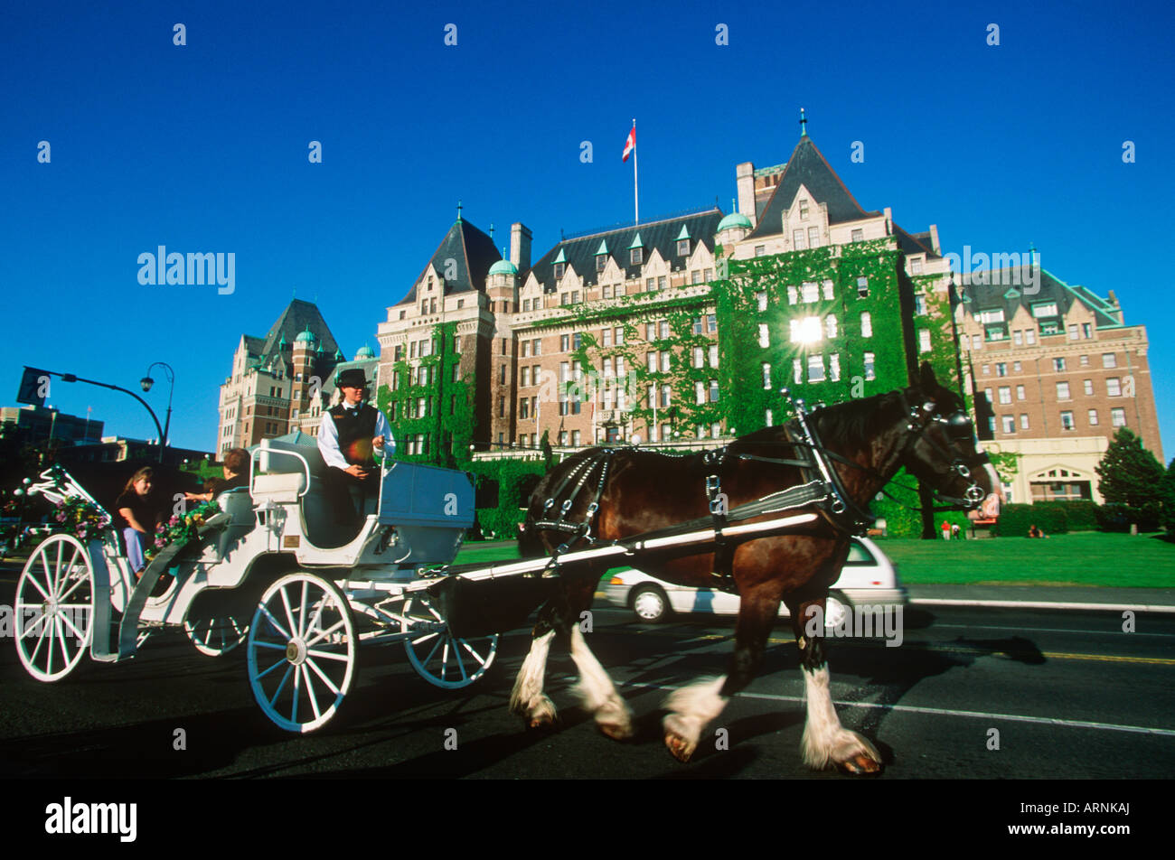 Horse drawn carriage in front of the Empress Hotel, Victoria, Vancouver Island, British Columbia, Canada. - Stock Image
