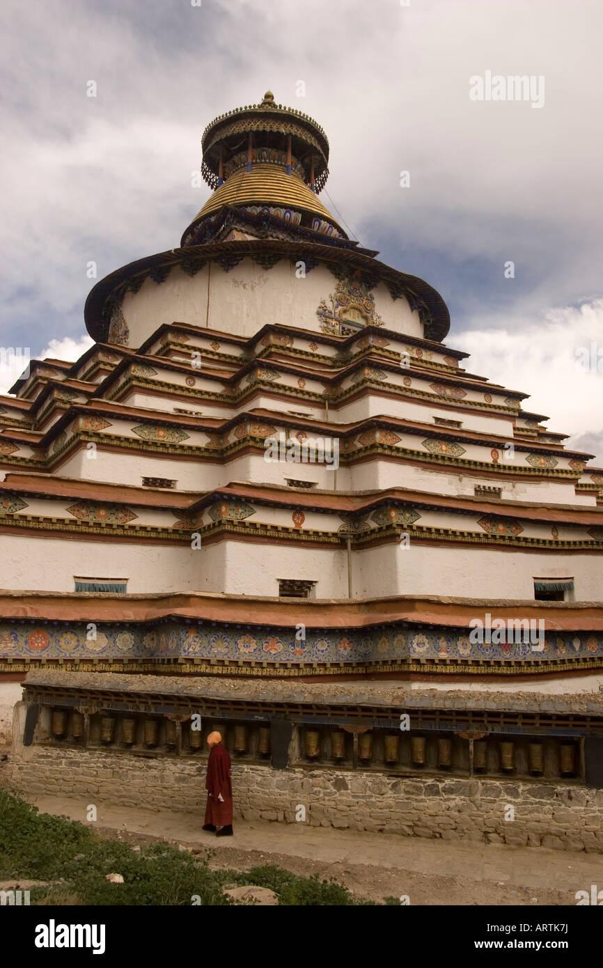 Monk circumambulating Kumbum Stupa, Pelkhor Chode monastery, Gyantse, Tibet - Stock Image