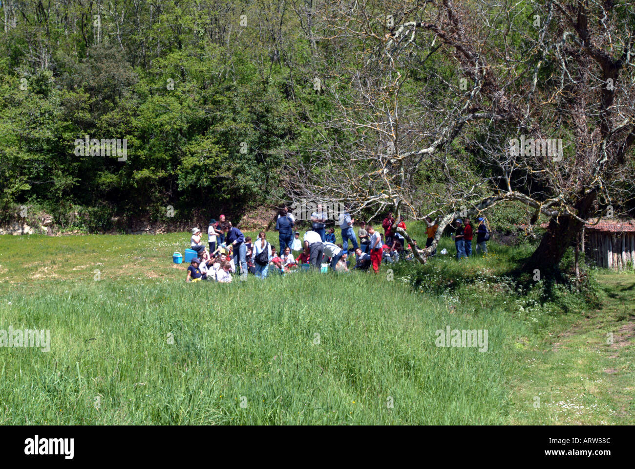 French schoolchildren having a pic-nic before visiting Castelnaud castle Dordogne - Stock Image