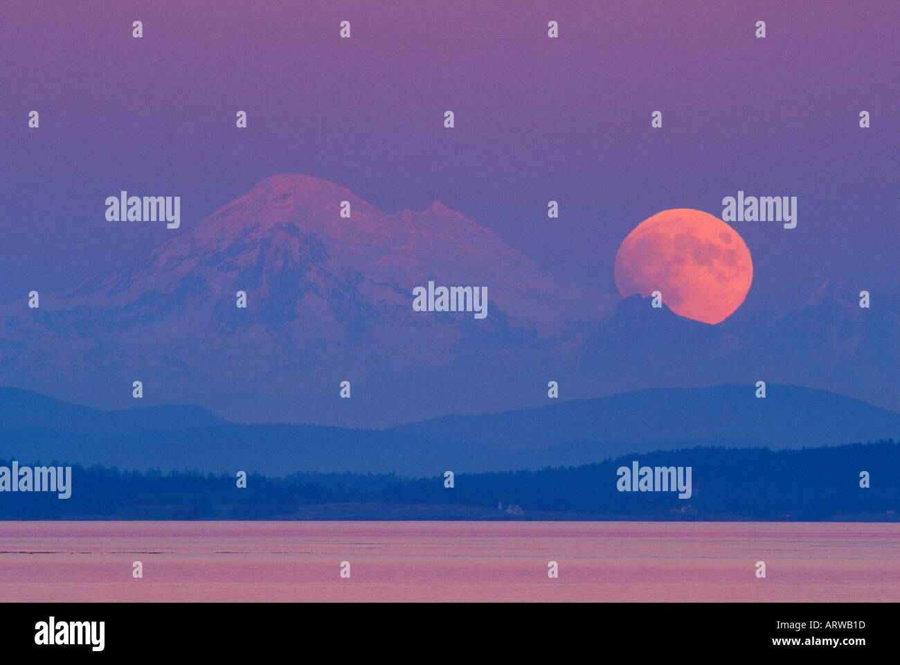 Mt Baker and full moon rising as viewed from Victoria British Columbia - Stock Image
