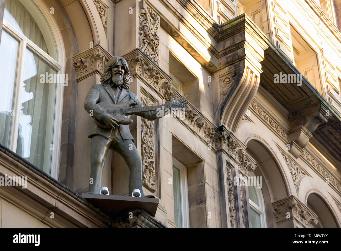 HARD DAYS NIGHT HOTEL IN LIVERPOOL AND STATUE OF GEORGE HARRISON ON THE HOTEL FACADE Liverpool home of The Beatles - Stock Image