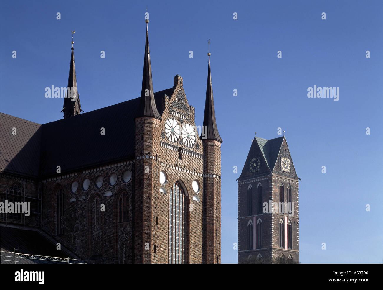 Wismar, St. Georgen, Südfassade, und St.Marien, Turm - Stock Image
