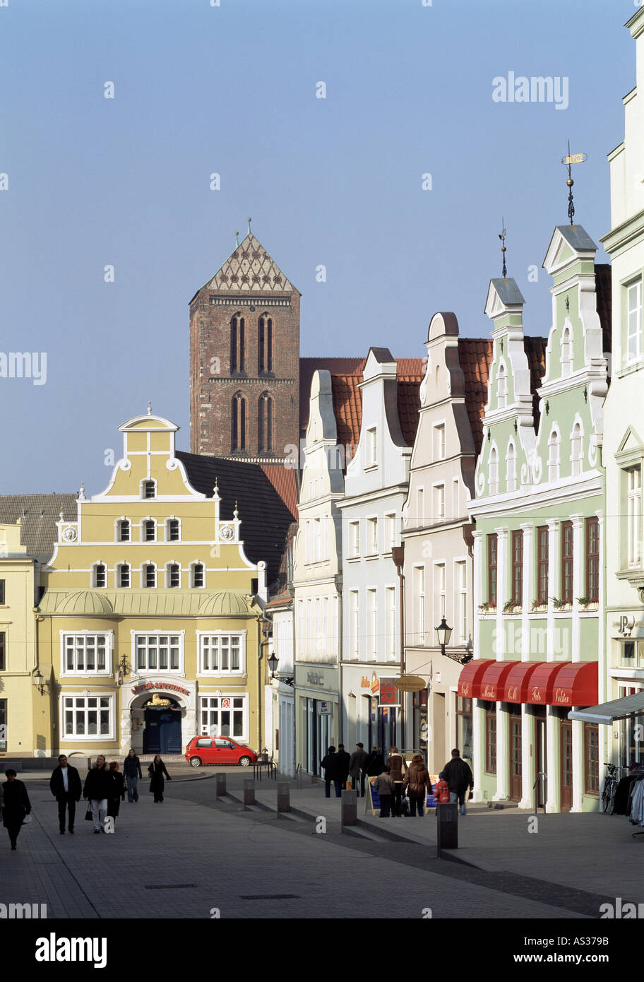 Wismar, Krämerstraße mit Nikolaikirche, Häuserfront - Stock Image