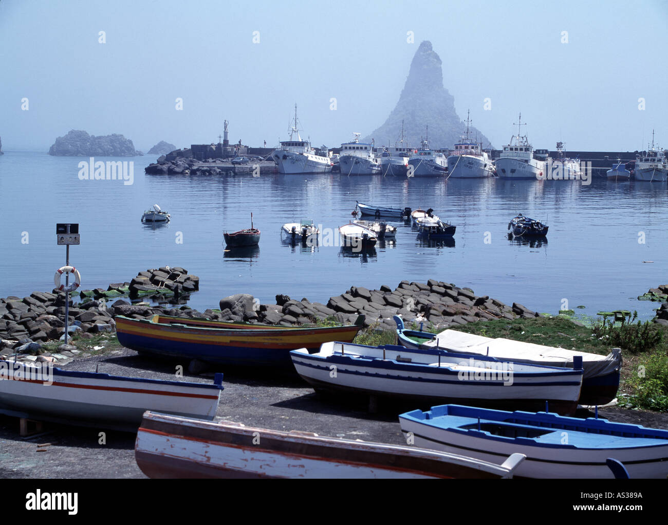Aci Castello, Hafen und Zyklopeninseln, - Stock Image