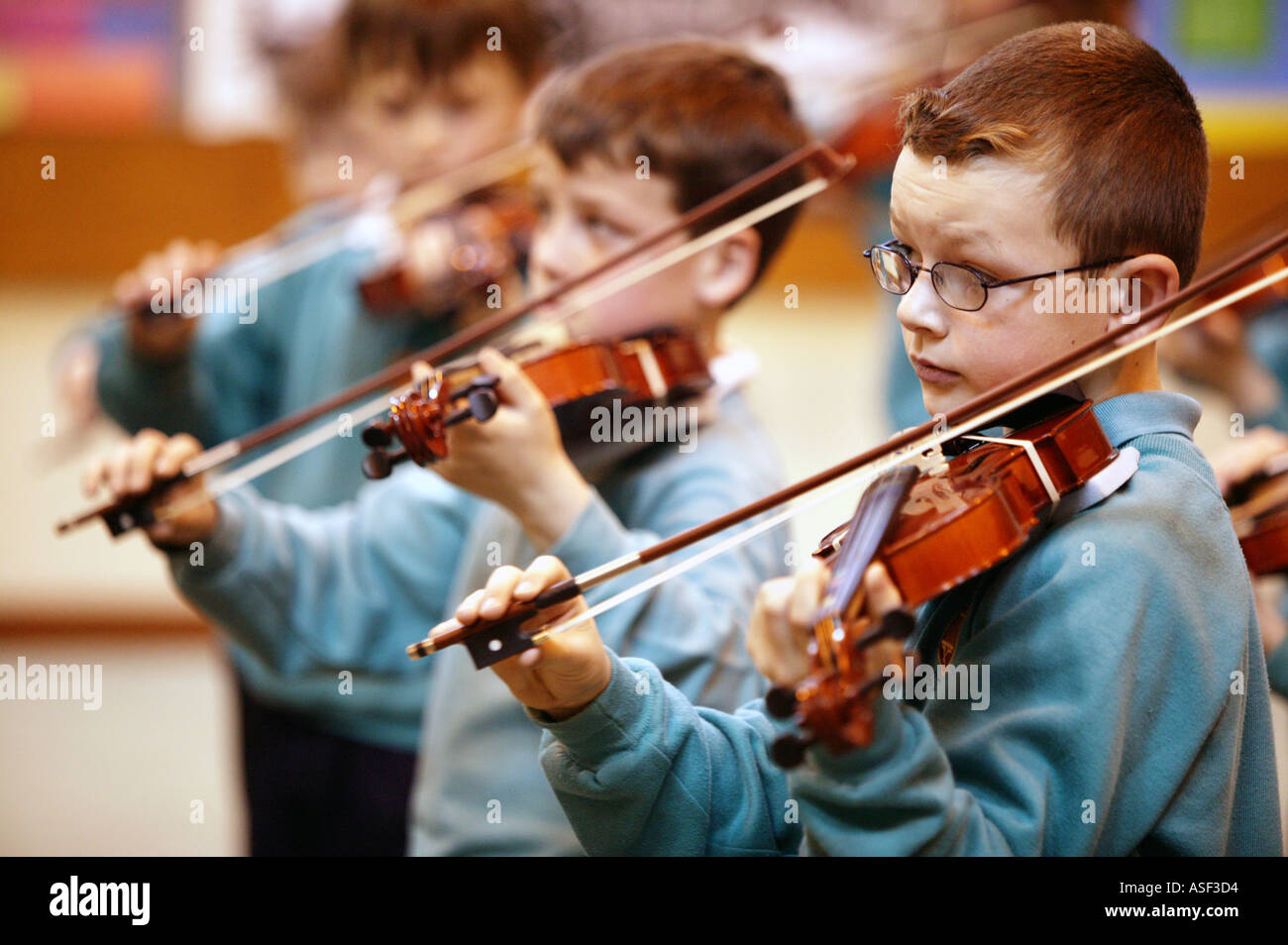 Violin lessons for year 4 pupils at St Lawrence primary school in Ludlow Shropshire UK April 2004 - Stock Image