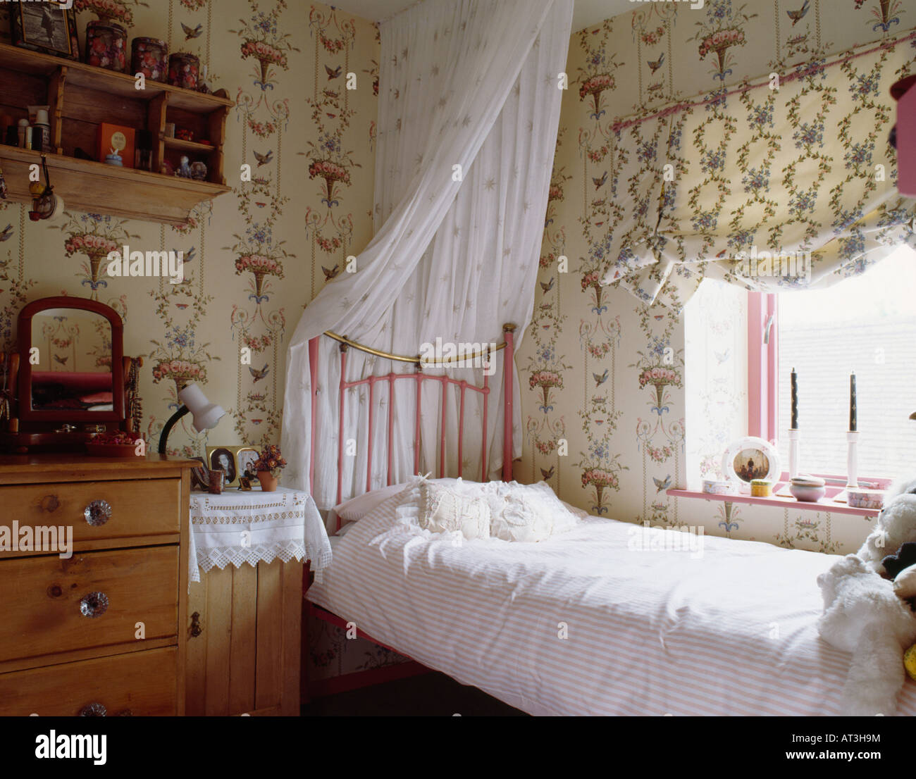 Japanese Bedroom Wallpaper Girls Bedroom Blinds Bedroom Decorating Colour Ideas Minion Bedroom Accessories: Patterned Wallpaper And Blind In Teenager Girls Bedroom
