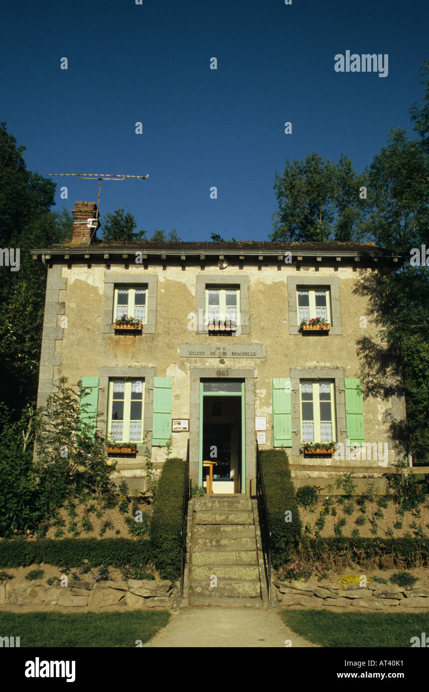 Lock keeper s cottage on the Mayenne River in the Mayenne Département France - Stock Image
