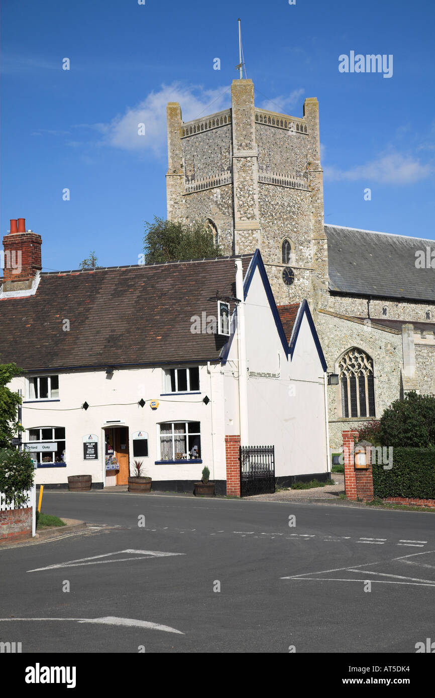 King's Head public house in the market square and village parish  Church of St Bartholomew, Orford, Suffolk, England - Stock Image